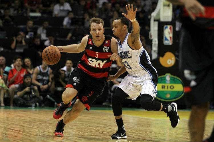 Rafa Luz e Shabazz Napier no primeiro confronto no Brasil (Foto: Divulgação/Inovafoto.com.br)