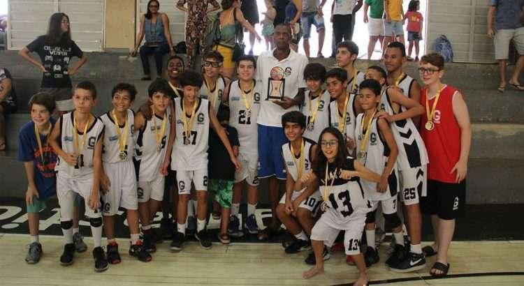 Ex-pivô do Ginástico e da Seleção Brasileira, Gerson Victalino foi o responsável por entregar o troféu aos campeões (Foto: Divulgação/Ginástico)