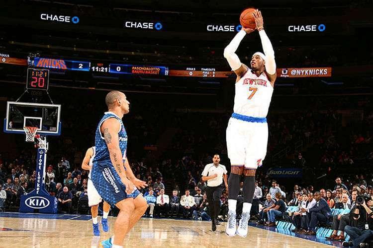 Alex Garcia e Carmelo Anthony em Knicks x Bauru (Foto: Divulgação/NBA)