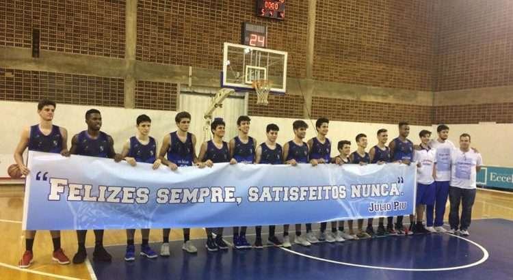 Atletas do Minas Sub-16 homenagearam o técnico Júlio Pio, falecido em maio deste ano (Foto: Divulgação/FMB)