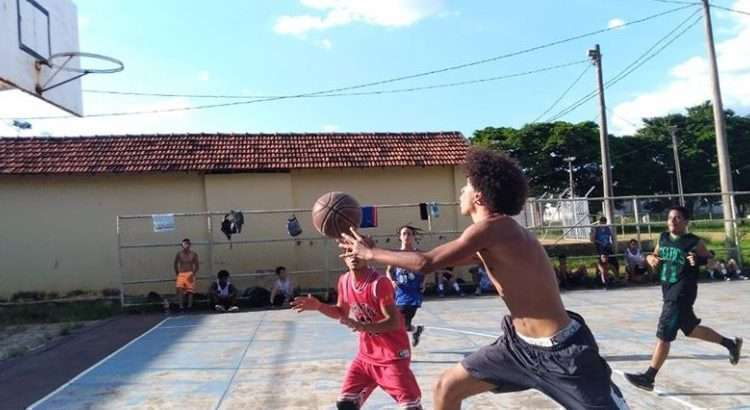 Ibirité venceu o jogo na quadra aberta (Foto: Divulgação/Basquete Santa Cecília)