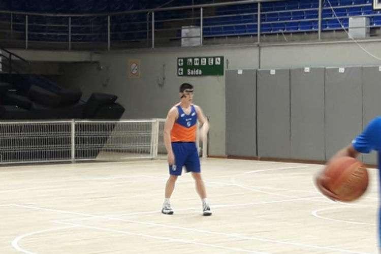 Davi já treina com proteção no nariz (Foto: Matheus Muratori/Basquete Todo Dia)