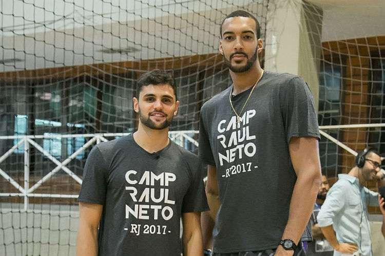 Gobert participou de eventos com Raulzinho no Brasil em 2017 (Foto: Divulgação/MPC Rio)