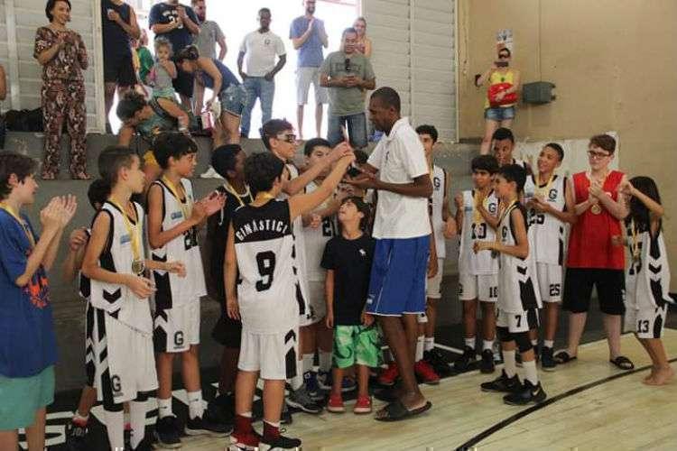 Gersão dedicou parte do tempo como aposentado ao aprendizado do basquete a jovens (Foto: DIvulgação/Ginástico)
