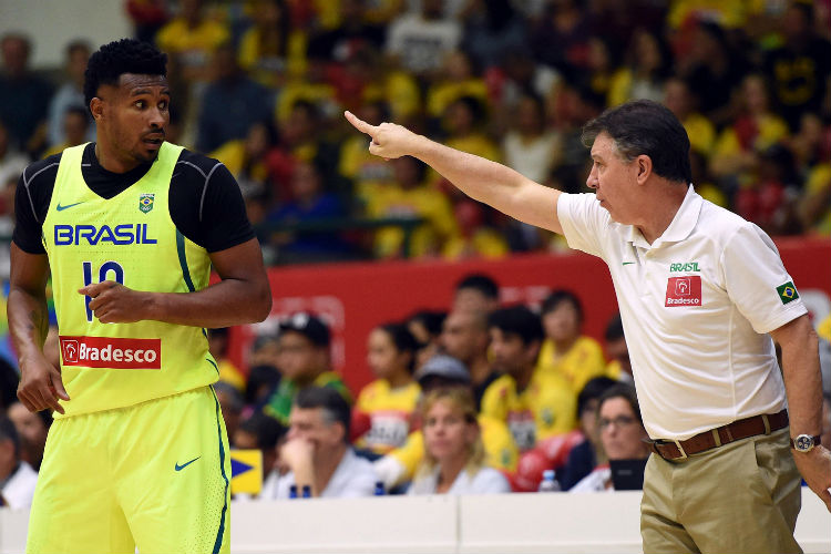 Leandrinho e Rubén Magnano em um amistoso da seleção em 2016 (Foto: Gaspar Nóbrega/Bradesco)