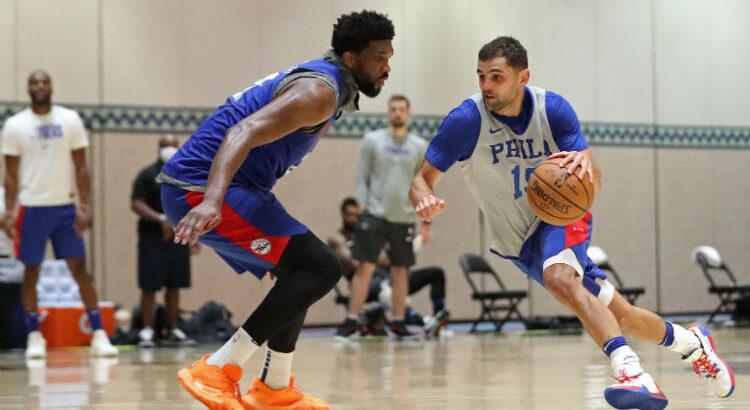 Embiid e Raulzinho durante treinamento em Orlando, na bolha da NBA (Foto: Divulgação/NBAE/Getty Images)
