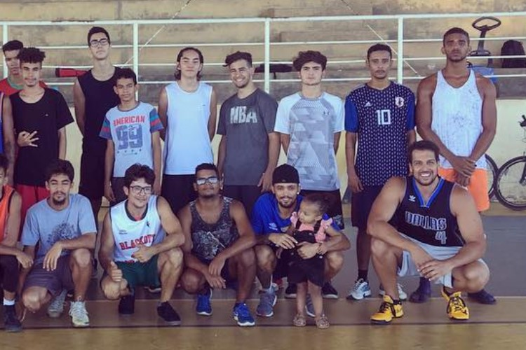 Kaká, com a camisa do Dallas Mavericks, e a comunidade que compõe a associação (Foto: Divulgação/Montes Claros)