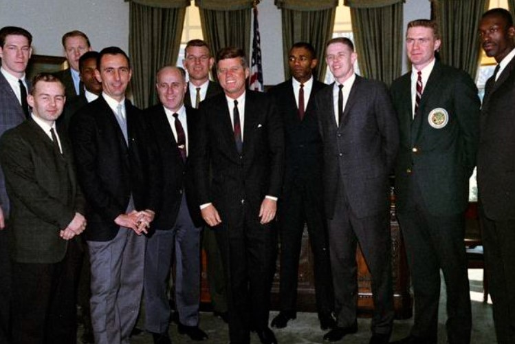 Kennedy e o Celtics em 1963 (Foto: Divulgação/John F. Kennedy Presidential Library and Museum)