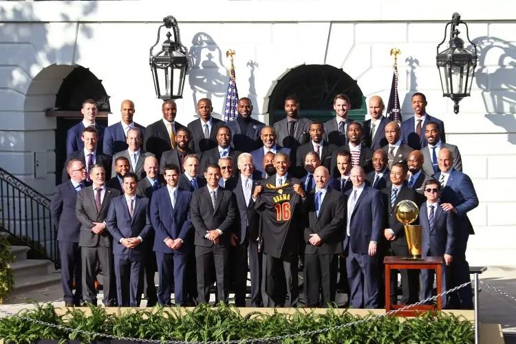 Última visita à Casa Branca aconteceu em 2016, quando Obama ainda era o presidente dos Estados Unidos (Foto: Ned Dishman/NBAE via Getty Images)