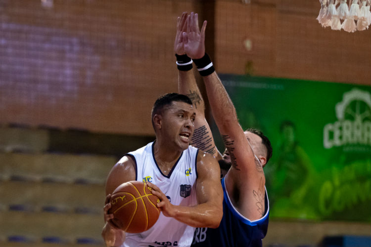 Pivô do Minas, JP Batista foi o grande nome do jogo (Foto: Carlos Campina/Galera na Foto)