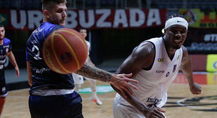 No jogo do turno contra o Pato, Nesbitt, do Minas, anotou 16 pontos e 11 rebotes (Foto: Gilvan de Souza/LNB)