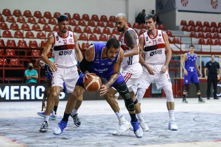Jogo começou com 20 minutos de atraso por conta da umidade em Córdoba; espécie de talco foi usado para evitar escorregões dos atletas (Foto: Divulgação/Fiba)