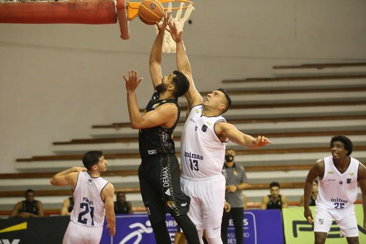 Na última partida entre as equipe, Minas venceu por 96 a 71 (Foto: Antonio Penedo/Mogi)