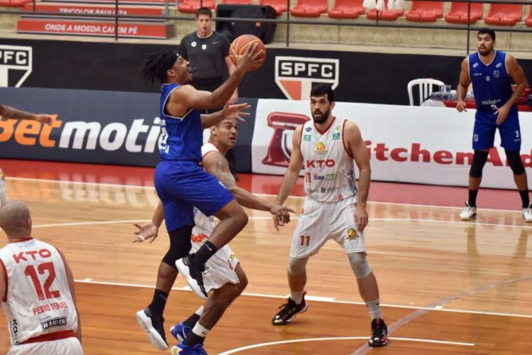 Shaquille Johnson foi o nome do jogo e anotou 21 pontos (Foto: João Pires/LNB)