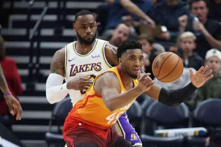 LeBron James, do atual campeão Los Angeles Lakers, em ação contra o Utah Jazz, time de melhor campanha na fase de classificação (Foto: George Frey/AFP)