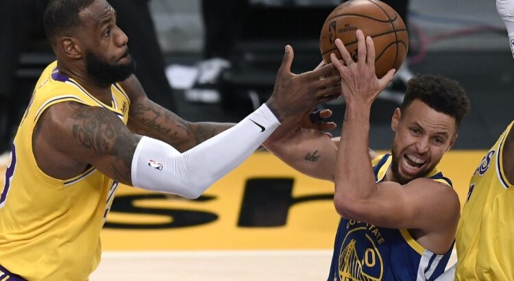 Lakers, de LeBron James, e Warriors, de Stephen Curry, vão se enfrentar no play-in (Foto: Harry How/AFP)