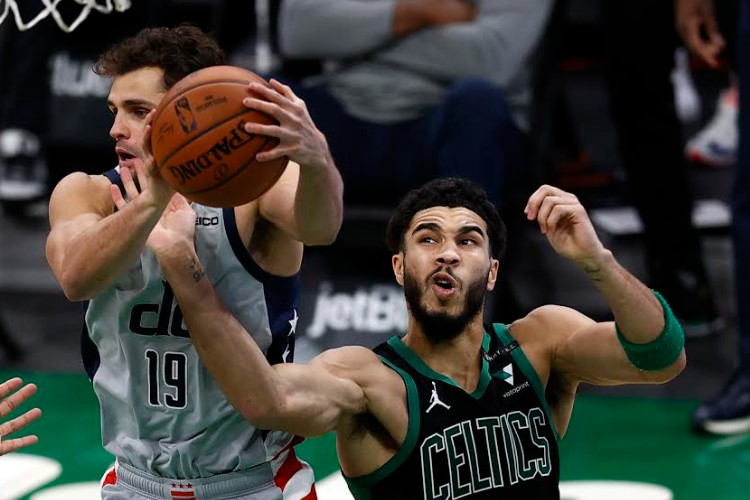 Wizards, de Raulzinho, venceu um dos três jogos contra o Celtics, de Jayson Tatum, na temporada regular (Foto: Ned Dishman/NBAE/Getty Images)