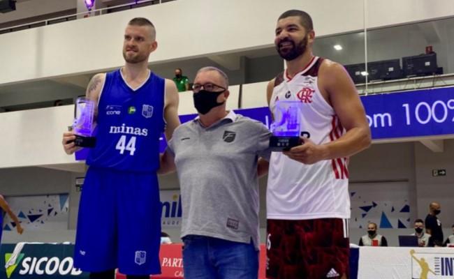 Renan Lenz e Olivinha receberam, em nome dos clubes, troféus de participação do torneio (Foto: Divulgação/Basquete Unifacisa)
